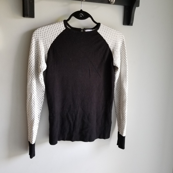 🧥 BLACK AND WHITE LIGHT SWEATER.